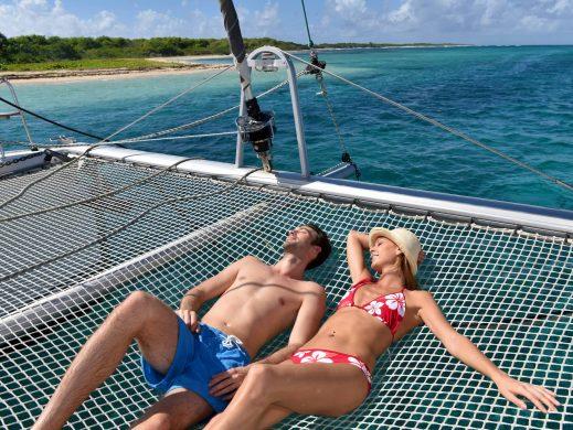Isla Mujeres Catamarán personas acostadas en red