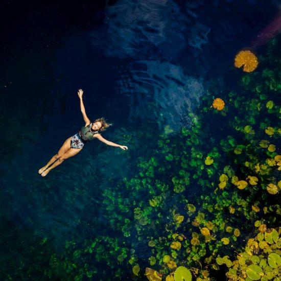 tour Xenotes mujer nadando