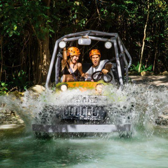 Parque Xplor Coches amfibios curzando Charco de agua