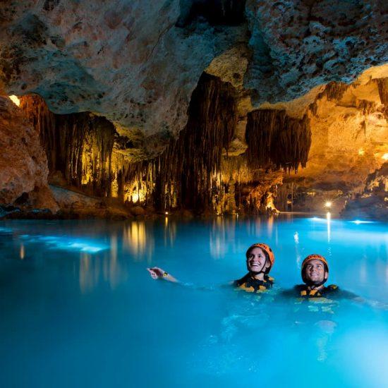Xplor Pareja Rio Subterraneo nadando
