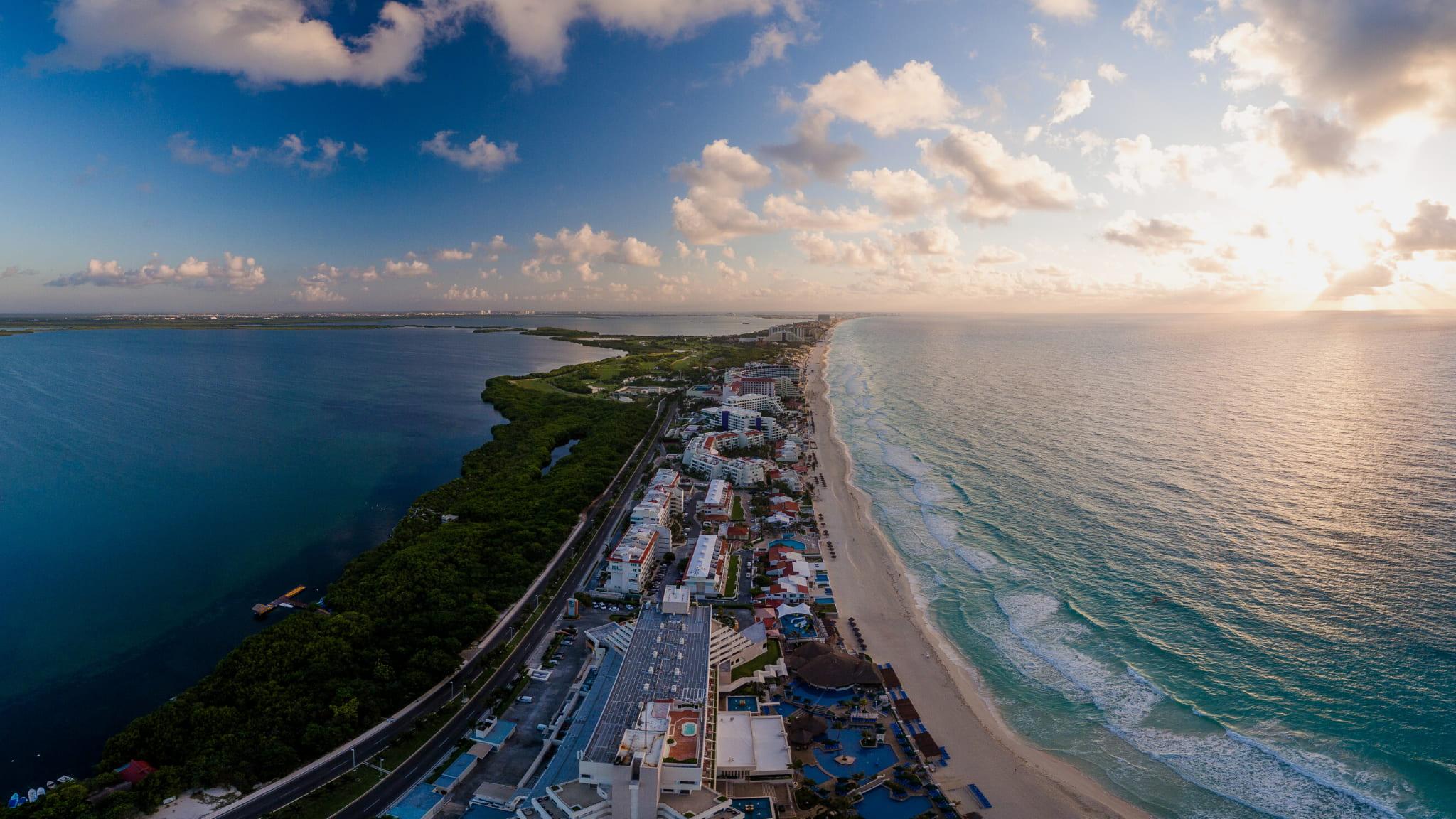 Mar y laguna foto aerea Cancún