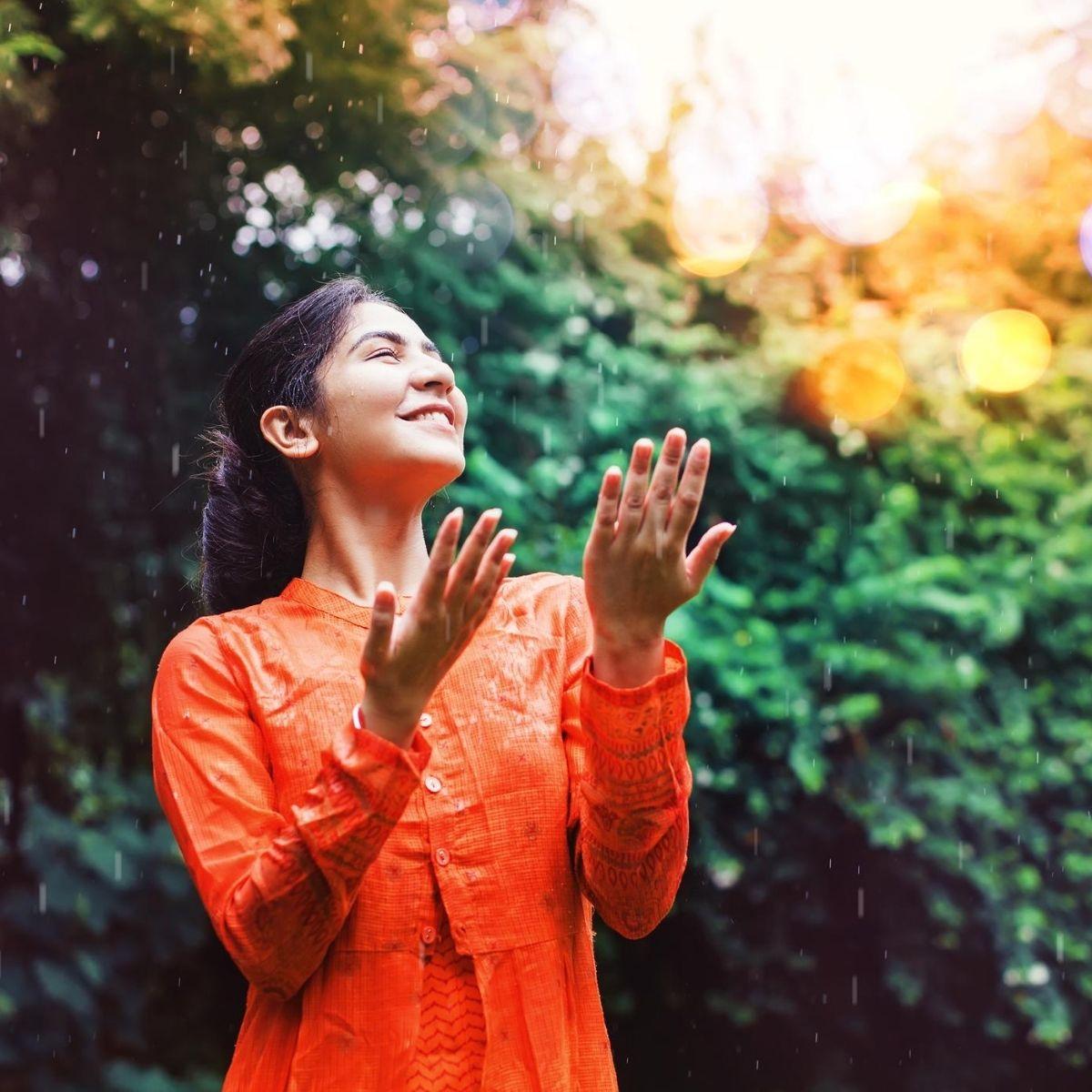 mujer disfrutando la lluvia